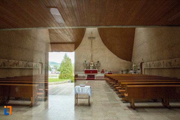 banci-si-altar-din-biserica-romano-catolica-neprihanita-zamislire-din-orsova.jpg