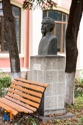 bancuta-si-statuie-de-la-liceul-ion-majorescu-din-giurgiu-judetul-giurgiu.jpg
