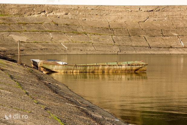 barca-pe-lacul-din-calinesti-oas-judetul-satu-mare.jpg