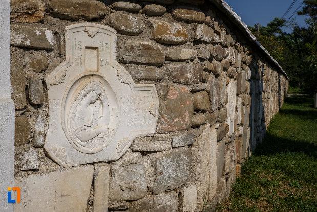 basorelief-de-pe-biserica-adormirea-maicii-domnului-a-fostei-manastiri-valeni-1680-din-valenii-de-munte-judetul-prahova.jpg