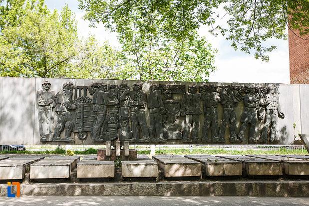 basorelieful-de-la-monumentul-csh-din-hunedoara-judetul-hunedoara.jpg