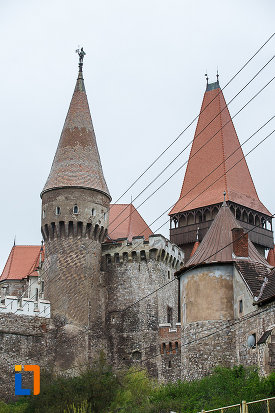 bastioanele-de-la-castelul-corvinilor-azi-muzeu-din-hunedoara-judetul-hunedoara.jpg