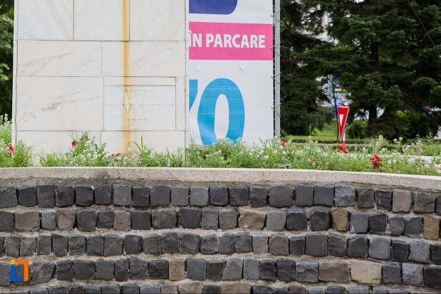 baza-de-la-monument-comemorativ-doina-si-ion-aldea-teodorovici-din-pitesti-judetul-arges.jpg