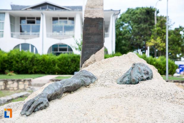 baza-de-la-monumentul-eroilor-din-mangalia-judetul-constanta.jpg