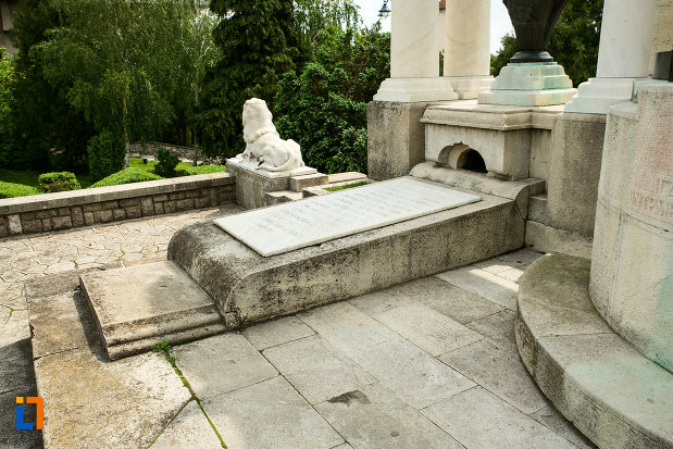baza-de-la-monumentul-eroilor-din-primul-razboi-mondial-din-drobeta-turnu-severin-judetul-mehedinti.jpg