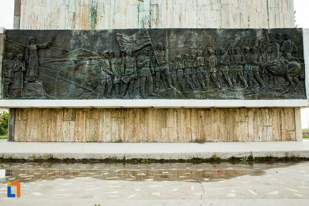 baza-de-la-monumentul-independentei-de-langa-corabia-judetul-olt.jpg