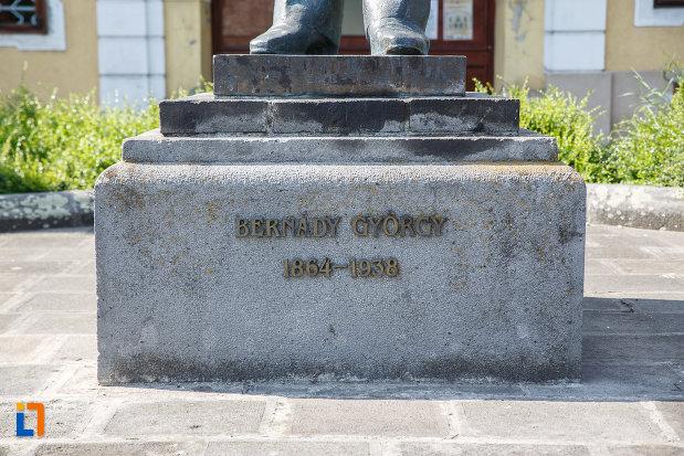 baza-de-la-statuia-lui-bernady-gyorgy-din-targu-mures-judetul-mures.jpg