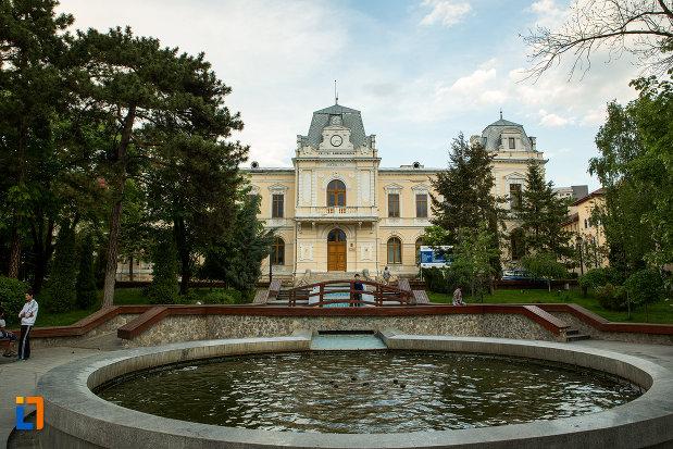 bazin-din-fata-muzeului-judeean-olt-din-slatina.jpg