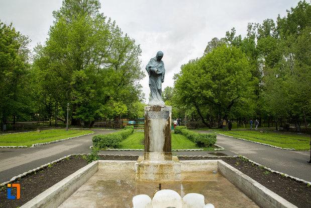 bazinul-cu-statuia-isvorul-susurului-din-caracal-judetul-olt.jpg