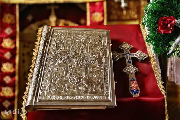 biblie-si-cruce-din-biserica-greco-catolica-veche-din-cauas-judetul-satu-mare.jpg