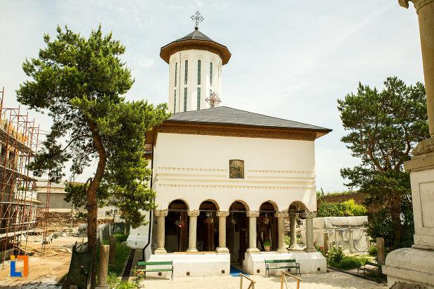 biserica-adormirea-maicii-domnului-1697-din-ramnicu-sarat-judetul-buzau.jpg