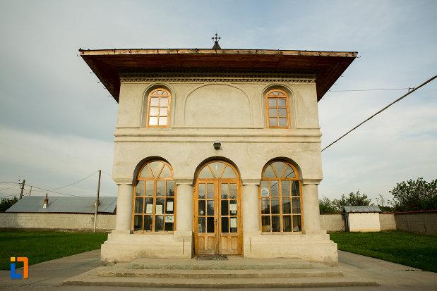 biserica-adormirea-maicii-domnului-din-draganesti-olt-judetul-olt-vazuta-din-fata.jpg