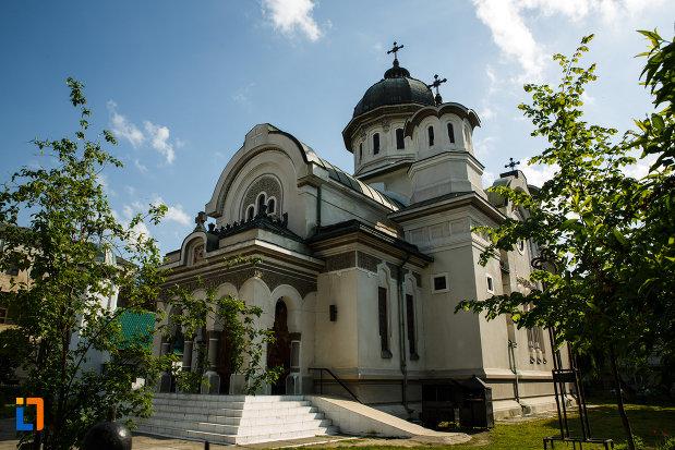 biserica-adormirea-maicii-domnului-din-dragasani-judetul-valcea-vazuta-din-lateral.jpg
