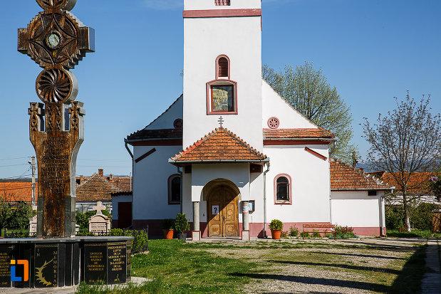 biserica-adormirea-maicii-domnului-din-orastie-judetul-hunedoara-imagine-cu-intrarea.jpg