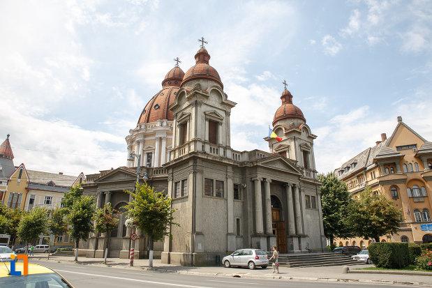 biserica-buna-vestire-catedrala-mica-din-targu-mures-judetul-mures-vazuta-dintr-o-parte.jpg