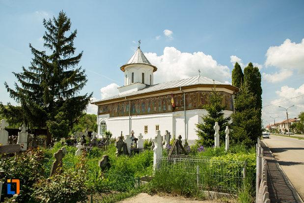 biserica-cuvioasa-paraschiva-din-scornicesti-judetul-olt-fotografiata-din-lateral.jpg