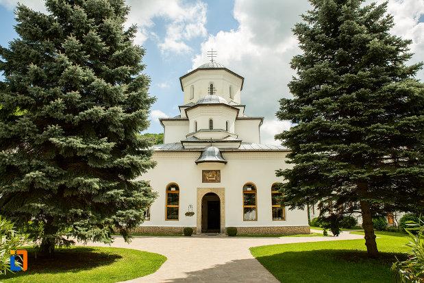 biserica-de-la-manastirea-tismana-judetul-gorj.jpg