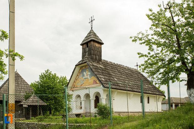 biserica-de-la-muzeul-arhitecturii-populare-din-curtisoara-judetul-gorj.jpg