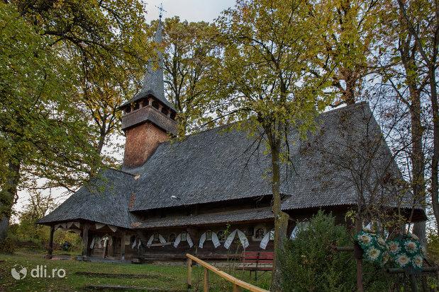 biserica-de-lemn-din-harnicesti-judetul-maramures-imagine-din-lateral.jpg