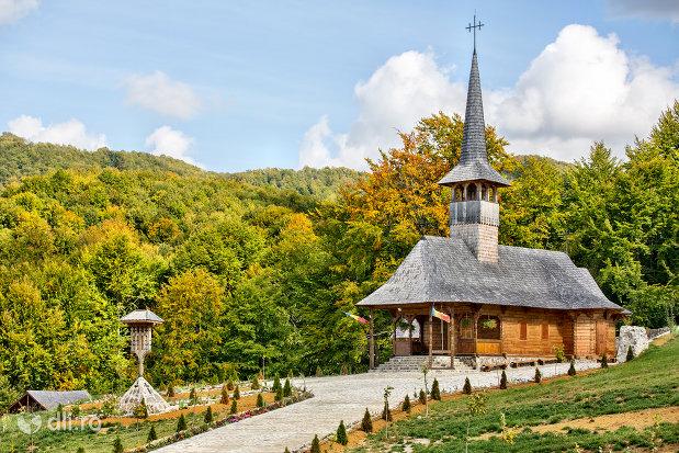 biserica-de-lemn-din-luna-ses-judetul-satu-mare.jpg