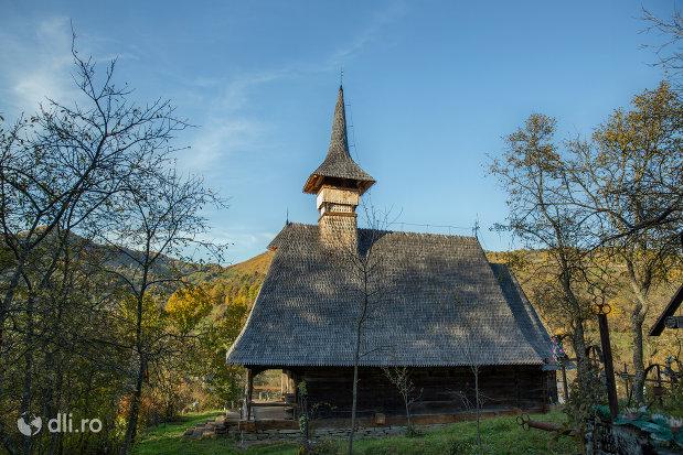 biserica-de-lemn-din-valea-stejarului-judetul-maramures-vedere-din-lateral.jpg