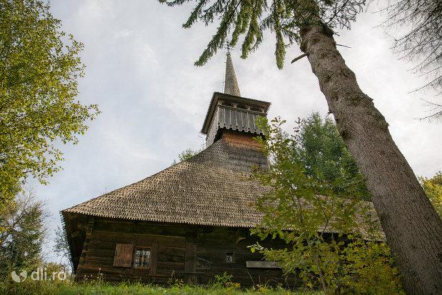 biserica-de-lemn-nasterea-maicii-domnului-din-calinesti-judetul-maramures-vedere-laterala.jpg