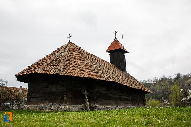 biserica-de-lemn-sf-arhangheli-biserica-sanonilor-din-petrosani-judetul-hunedoara-cruce-din-lemn-aflata-langa-ea.jpg