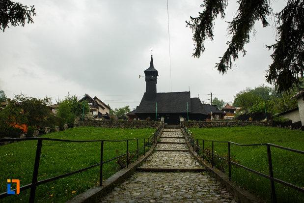 biserica-de-lemn-sf-pantelimon-din-baile-olanesti-judetul-valcea-alee-pietruita-spre-intrare.jpg