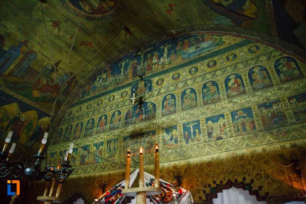 biserica-de-lemn-sf-pantelimon-din-baile-olanesti-judetul-valcea-partea-superioara-de-la-altar.jpg