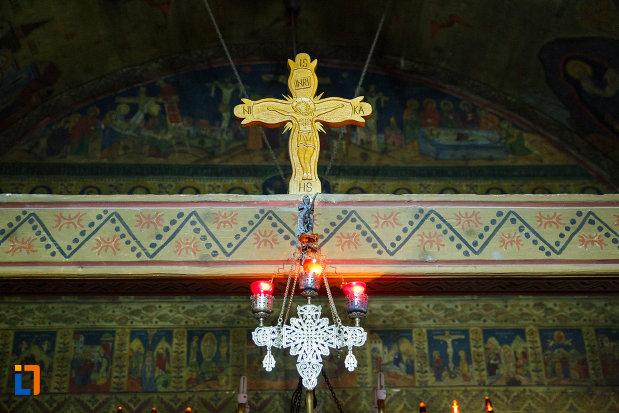 biserica-de-lemn-sf-pantelimon-din-baile-olanesti-judetul-valcea-una-dintre-crucile-interioare.jpg