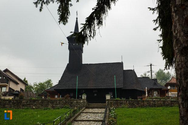 biserica-de-lemn-sf-pantelimon-din-baile-olanesti-judetul-valcea-vazuta-din-lateral.jpg