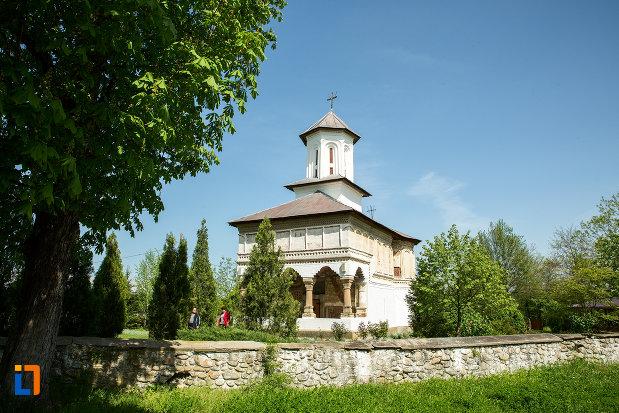 biserica-de-lemn-sf-voievozi-din-targu-carbunesti-judetul-gorj.jpg