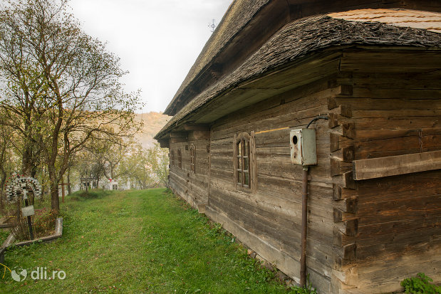 biserica-de-lemn-st-nicolae-susani-din-budesti-judetul-maramures-perete-lateral.jpg