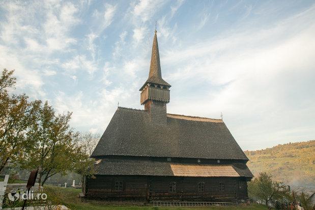 biserica-de-lemn-st-nicolae-susani-din-budesti-judetul-maramures-vedere-din-lateral.jpg