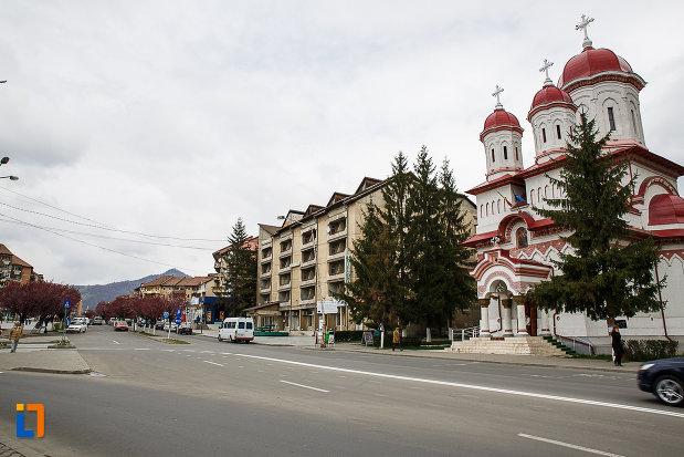 biserica-din-centrul-istoric-din-petrosani-judetul-hunedoara.jpg