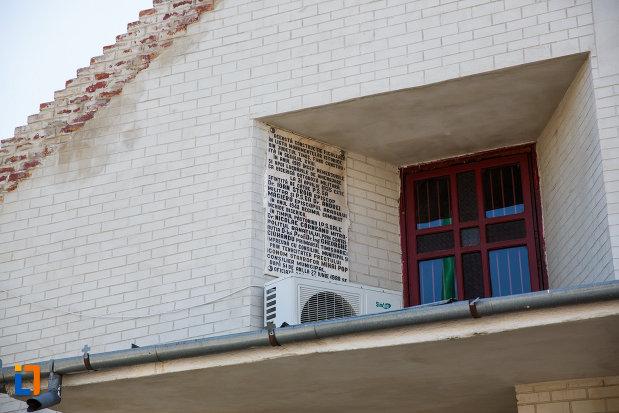 biserica-din-cetate-sf-dimitrie-din-timisoara-judetul-timis-imagine-cu-fereastra.jpg