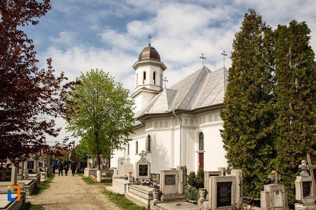 biserica-din-cimitirul-rapa-robilor-din-aiud-judetul-alba-vazuta-din-lateral.jpg