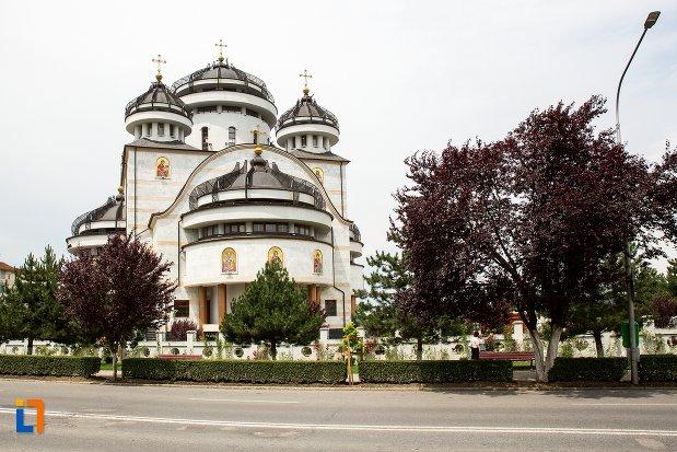 biserica-din-orasul-mioveni-judetul-arges.jpg