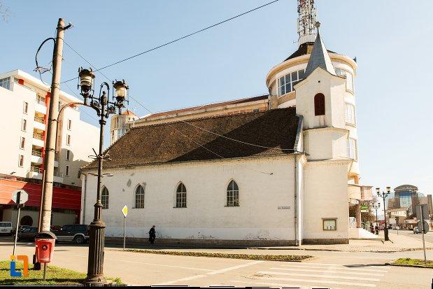 biserica-evanghelica-din-alba-iulia-judetul-alba-vazuta-din-lateral.jpg