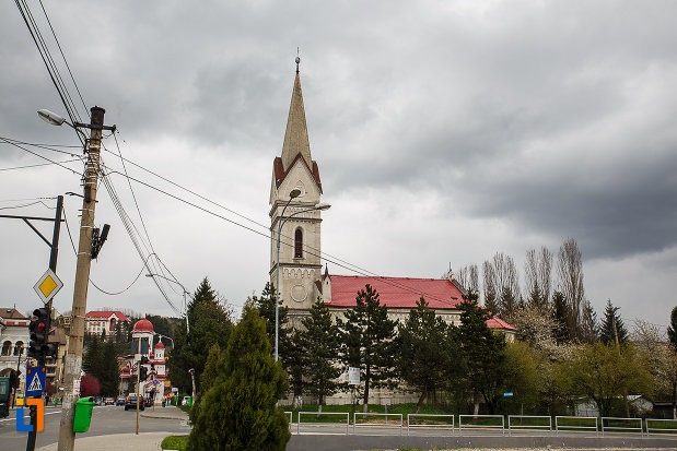 biserica-evanghelica-din-petrosani-judetul-hunedoara-vazuta-de-la-distanta.jpg