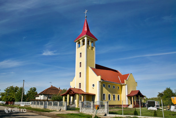 biserica-greco-catolica-din-vama-judetul-satu-mare-vedere-de-ansamblu.jpg