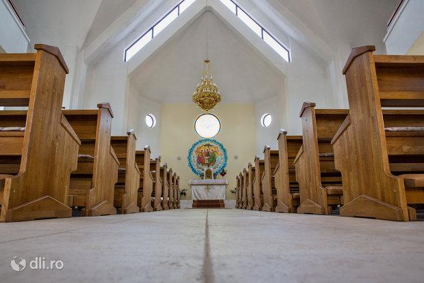 biserica-greco-catolica-din-vama-judetul-satu-mare-vedere-dinspre-altar.jpg