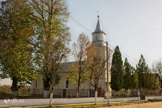 biserica-greco-catolica-in-prezent-ortodoxa-din-curtuiseni-judetul-bihor-vazuta-di-lateral.jpg