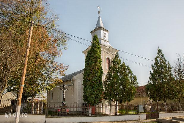 biserica-greco-catolica-in-prezent-ortodoxa-din-curtuiseni-judetul-bihor.jpg