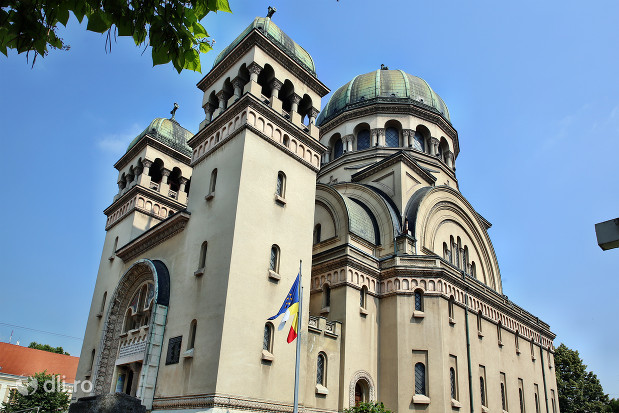 biserica-greco-catolica-sfintii-arhangheli-mihail-si-gavril-biserica-vazuta-de-afara-dintr-un-colt.jpg