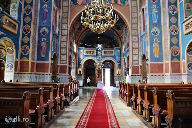 biserica-greco-catolica-sfintii-arhangheli-mihail-si-gavril-interior-biserica-cu-vedere-spre-iesire.jpg