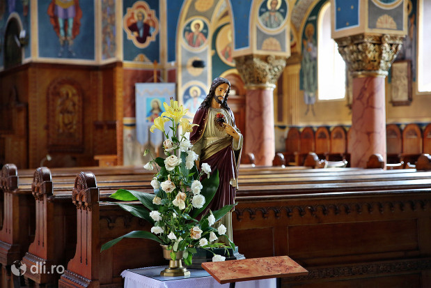 biserica-greco-catolica-sfintii-arhangheli-mihail-si-gavril-statuie-cu-isus.jpg
