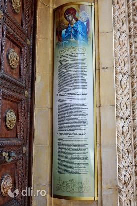 biserica-greco-catolica-sfintii-arhangheli-mihail-si-gavril-texte-despre-biserica-afisate-pe-un-perete.jpg