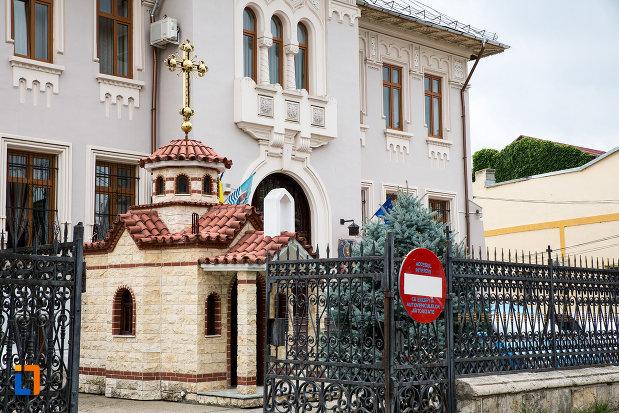 biserica-in-miniatura-langa-administratia-financiara-azi-episcopia-din-giurgiu-judetul-giurgiu.jpg