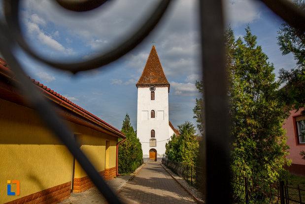 biserica-inaltarea-domnului-1785-din-saliste-judetul-sibiu-din-departare.jpg